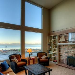 Idee per un soggiorno minimal di medie dimensioni e stile loft con pareti verdi, moquette, camino classico, cornice del camino in mattoni, TV autoportante e pavimento beige