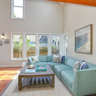 Foto di un soggiorno costiero di medie dimensioni e aperto con pareti beige, sala formale, pavimento in terracotta, nessun camino, nessuna TV e pavimento marrone