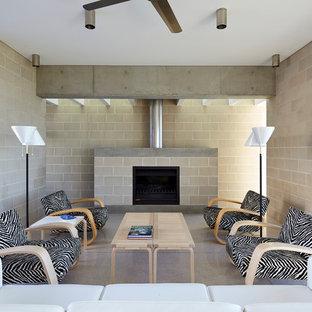 Ispirazione per un soggiorno contemporaneo aperto con sala formale, camino classico, pareti grigie, cornice del camino in cemento e pavimento bianco