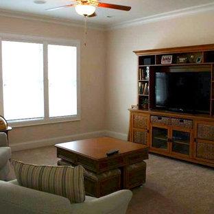 チャールストンの中サイズのビーチスタイルのおしゃれなLDK (ベージュの壁、濃色無垢フローリング、横長型暖炉、金属の暖炉まわり、テレビなし、赤い床) の写真