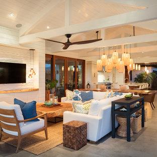 Пример оригинального дизайна: открытая гостиная комната среднего размера в морском стиле с белыми стенами, телевизором на стене, серым полом и полом из керамической плитки без камина