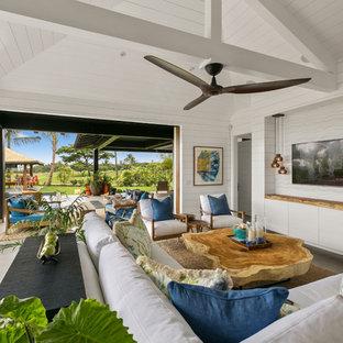 Bild på ett stort tropiskt allrum med öppen planlösning, med vita väggar, klinkergolv i keramik, grått golv och en väggmonterad TV