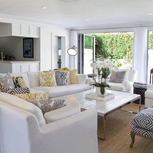 Ispirazione per un ampio soggiorno stile marino aperto con sala formale, pareti bianche, parquet scuro, camino classico e cornice del camino in mattoni