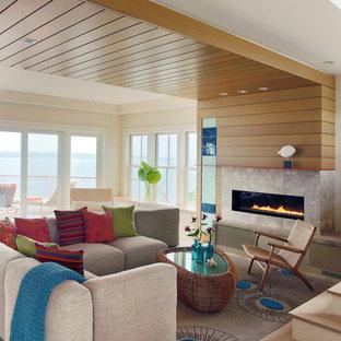 プロビデンスのビーチスタイルのおしゃれなLDK (フォーマル、ベージュの壁、淡色無垢フローリング、横長型暖炉、タイルの暖炉まわり) の写真