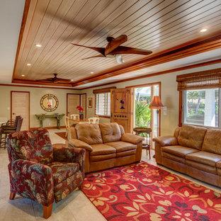 ハワイの中サイズのビーチスタイルのおしゃれなLDK (ベージュの壁、磁器タイルの床、壁掛け型テレビ) の写真