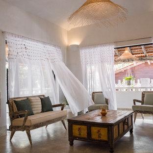 Idee per un soggiorno tropicale con pareti bianche e pavimento beige