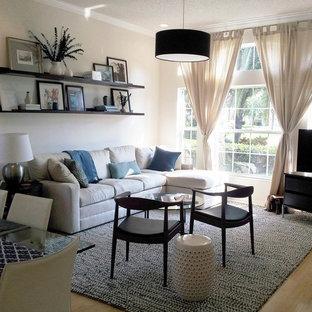 Kleines, Offenes Maritimes Wohnzimmer ohne Kamin mit weißer Wandfarbe, Bambusparkett und freistehendem TV in Tampa