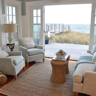 ボストンの小さいビーチスタイルのおしゃれなLDK (青い壁、無垢フローリング、暖炉なし、テレビなし) の写真
