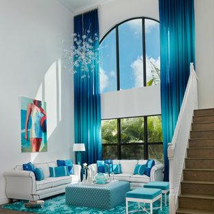 マイアミの大きいビーチスタイルのおしゃれなLDK (フォーマル、白い壁、濃色無垢フローリング) の写真