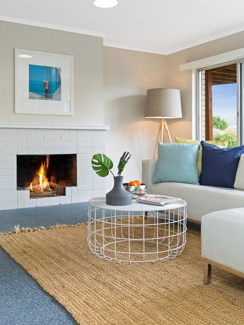 Wohnzimmer mit kaminsims aus backstein und grauer for Wandfarbe kamin