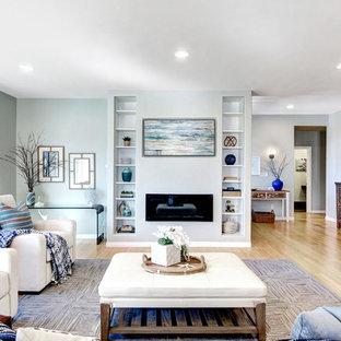 サンディエゴのビーチスタイルのおしゃれなLDK (フォーマル、グレーの壁、淡色無垢フローリング、横長型暖炉、漆喰の暖炉まわり、テレビなし、ベージュの床) の写真