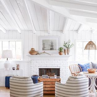 ロサンゼルスの小さいビーチスタイルのおしゃれなLDK (白い壁、淡色無垢フローリング、標準型暖炉、レンガの暖炉まわり、テレビなし) の写真