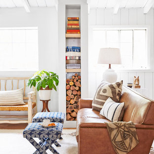 Kleines, Offenes Maritimes Wohnzimmer mit weißer Wandfarbe und hellem Holzboden in Los Angeles