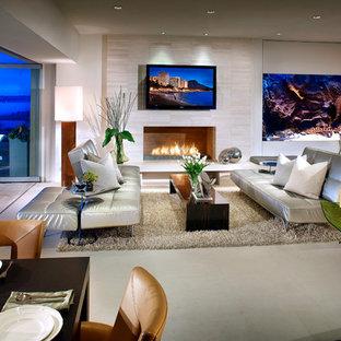 オレンジカウンティの大きいビーチスタイルのおしゃれなLDK (ベージュの壁、標準型暖炉、タイルの暖炉まわり、壁掛け型テレビ) の写真