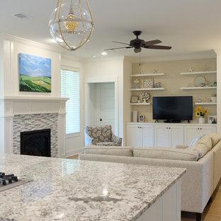 リトルロックの中くらいのビーチスタイルのおしゃれなLDK (フォーマル、白い壁、淡色無垢フローリング、標準型暖炉、タイルの暖炉まわり、据え置き型テレビ、ベージュの床) の写真