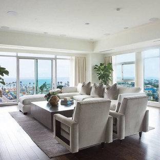 Inspiration för stora moderna allrum med öppen planlösning, med vita väggar, mörkt trägolv och en dold TV