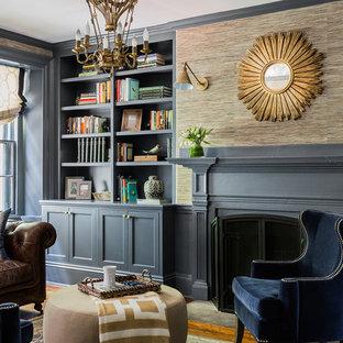ボストンのトラディショナルスタイルのおしゃれなリビング (ベージュの壁、淡色無垢フローリング、茶色い床) の写真