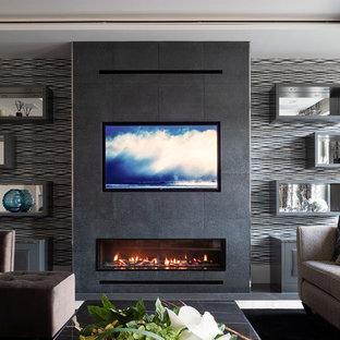 ハートフォードシャーの中サイズのコンテンポラリースタイルのおしゃれなLDK (黒い壁、磁器タイルの床、横長型暖炉、金属の暖炉まわり、白い床、埋込式メディアウォール) の写真