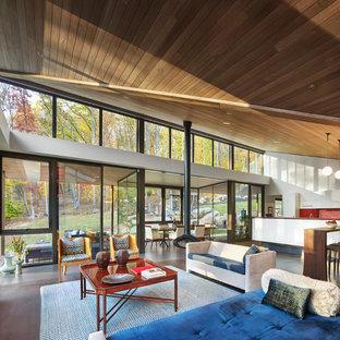 Idéer för funkis allrum med öppen planlösning, med vita väggar, mellanmörkt trägolv, en hängande öppen spis, en väggmonterad TV och brunt golv