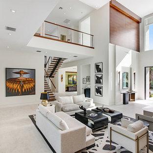 Ispirazione per un ampio soggiorno design stile loft con pareti beige, pavimento con piastrelle in ceramica, camino lineare Ribbon, cornice del camino in legno e pavimento beige
