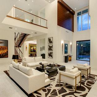 Immagine di un ampio soggiorno minimal stile loft con pareti beige, pavimento con piastrelle in ceramica e pavimento beige