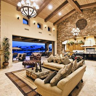 Diseño de salón para visitas abierto, mediterráneo, grande, con paredes beige, suelo de travertino, chimenea de esquina y marco de chimenea de piedra