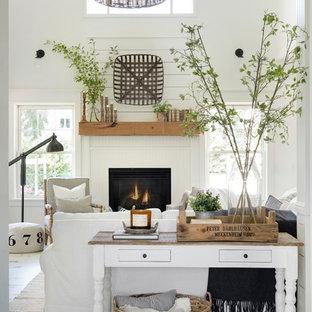 Ejemplo de salón abierto, campestre, de tamaño medio, con paredes blancas, suelo de madera pintada, marco de chimenea de madera y suelo blanco