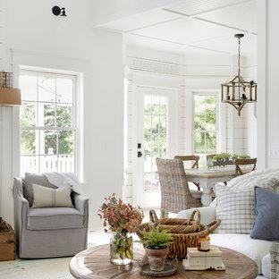 Mittelgroßes, Offenes Landhaus Wohnzimmer mit weißer Wandfarbe, gebeiztem Holzboden, Kaminumrandung aus Holz und weißem Boden in Minneapolis