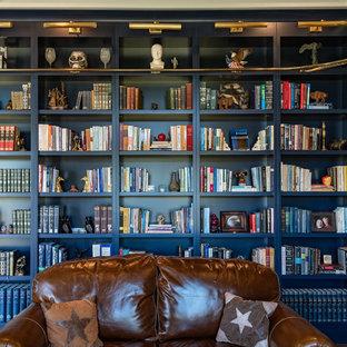 Idee per un soggiorno design di medie dimensioni e chiuso con libreria, pareti blu, pavimento in legno massello medio, nessun camino, nessuna TV e pavimento marrone