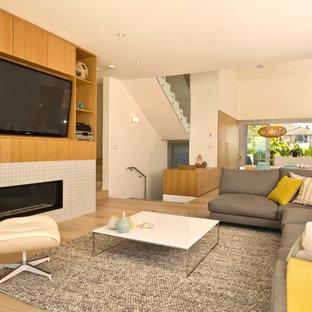 Idee per un grande soggiorno contemporaneo aperto con pareti bianche, parquet chiaro, camino lineare Ribbon, cornice del camino piastrellata e parete attrezzata