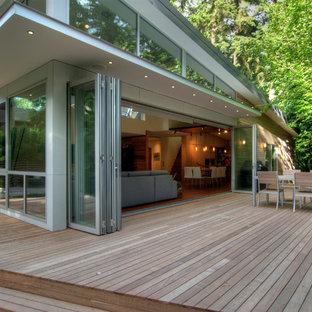 Ispirazione per un grande soggiorno minimal aperto con sala formale, pareti beige, parquet scuro, nessuna TV e pavimento marrone
