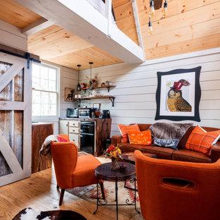 Ejemplo de salón abovedado y machihembrado, rústico, pequeño, machihembrado, con paredes blancas, suelo de madera en tonos medios, suelo marrón y machihembrado