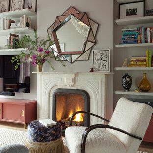 Mittelgroßes, Abgetrenntes Modernes Wohnzimmer mit weißer Wandfarbe, Teppichboden, Kamin, Kaminumrandung aus Stein, weißem Boden und Tapetendecke in New York