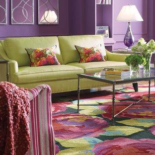 Ispirazione per un grande soggiorno minimalista chiuso con sala formale, pareti viola, pavimento in legno massello medio, nessun camino, nessuna TV e pavimento marrone