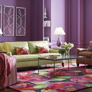 Ejemplo de salón para visitas abierto, minimalista, grande, con paredes púrpuras y suelo de madera en tonos medios