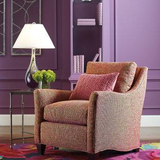 Foto di un soggiorno minimalista con pareti viola e pavimento in legno massello medio