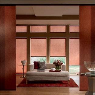 Ispirazione per un soggiorno classico di medie dimensioni e chiuso con pareti rosse, parquet chiaro, nessun camino, nessuna TV e pavimento marrone
