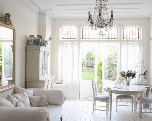 ejemplo de saln abierto romntico con paredes beige y suelo de madera pintada