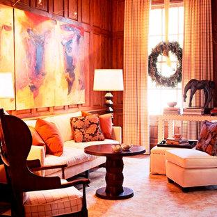 Immagine di un grande soggiorno chic chiuso con libreria, pareti marroni, pavimento in legno massello medio, camino classico e cornice del camino in legno