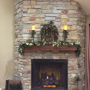 ミルウォーキーの中くらいのトラディショナルスタイルのおしゃれな独立型リビング (フォーマル、ベージュの壁、濃色無垢フローリング、コーナー設置型暖炉、石材の暖炉まわり、テレビなし) の写真