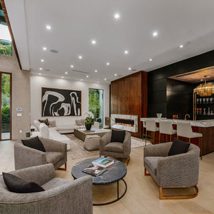 ロサンゼルスの巨大なコンテンポラリースタイルのおしゃれなリビング (白い壁、淡色無垢フローリング、横長型暖炉、石材の暖炉まわり、テレビなし、茶色い床) の写真