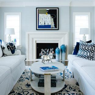 Modelo de salón para visitas cerrado, clásico, de tamaño medio, sin televisor, con paredes marrones, suelo de madera oscura, chimenea tradicional, marco de chimenea de piedra y suelo blanco