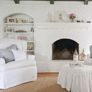 Cette image montre un salon style shabby chic avec un manteau de cheminée en brique.