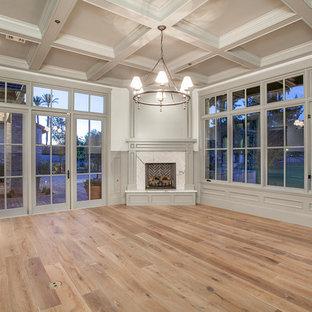 フェニックスの大きいトラディショナルスタイルのおしゃれな独立型リビング (フォーマル、グレーの壁、淡色無垢フローリング、コーナー設置型暖炉、石材の暖炉まわり) の写真
