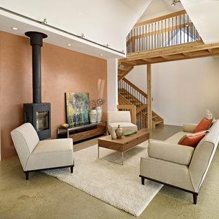 Idée de décoration pour un salon design avec béton au sol et un mur marron.