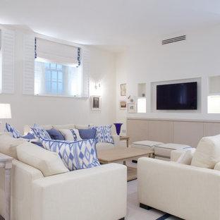 Ejemplo de salón costero, pequeño, sin chimenea, con paredes blancas, pared multimedia y suelo turquesa