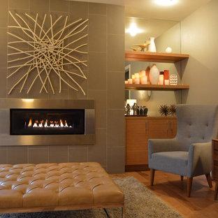 シアトルの中サイズのミッドセンチュリースタイルのおしゃれなリビング (グレーの壁、淡色無垢フローリング、横長型暖炉、タイルの暖炉まわり) の写真