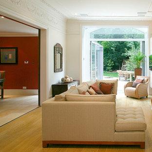 Idee per un soggiorno minimal con pareti beige, pavimento in legno massello medio e pavimento giallo