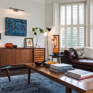 Idee per un soggiorno moderno con sala formale, pareti bianche e parquet scuro