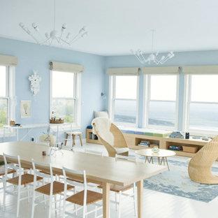 モントリオールの中サイズのビーチスタイルのおしゃれなLDK (青い壁、塗装フローリング、暖炉なし、テレビなし) の写真